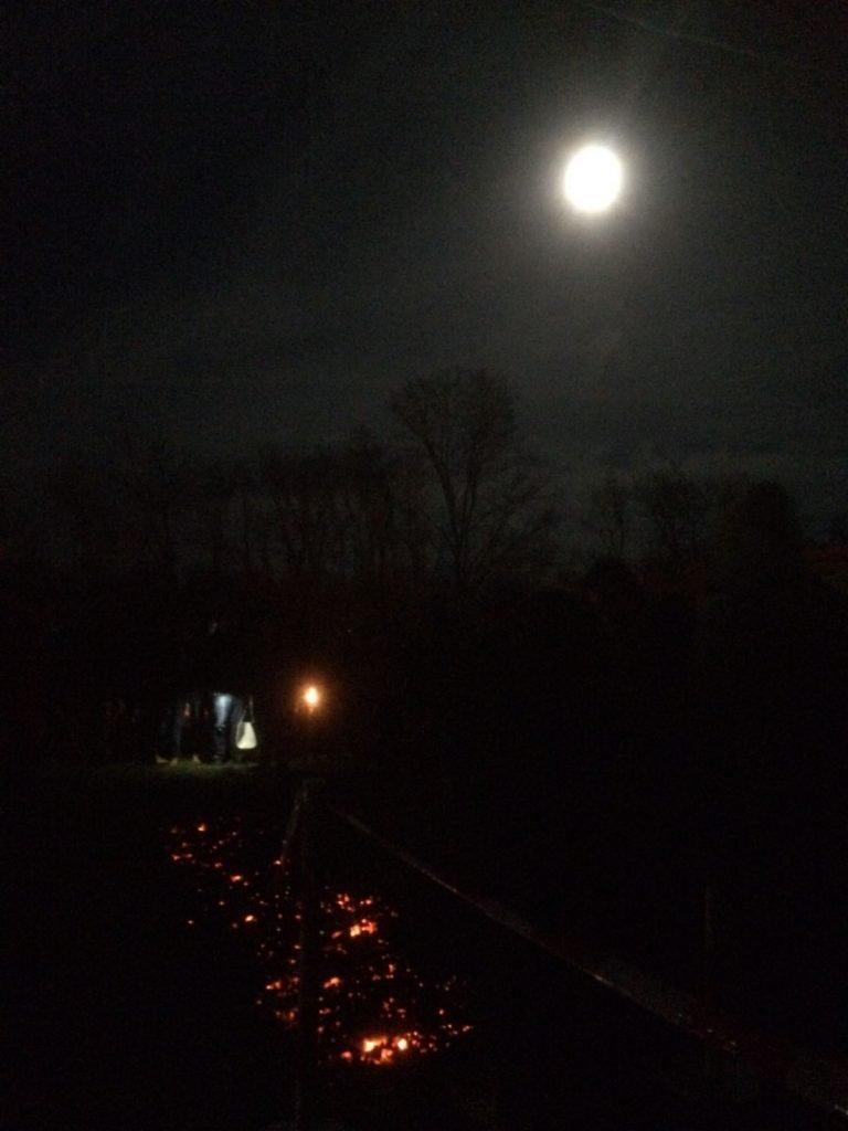 Über Feuer Laufen bei Mondschein